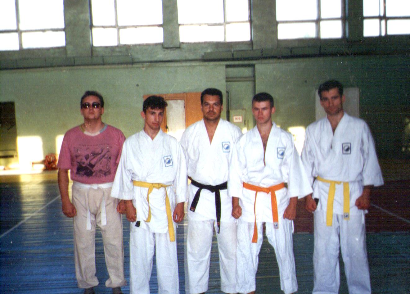 На фотке слева направо: Миша (занимался у нас совсем недолго), Игорь Ходаков, сэнсей Саша Никитин, Шао (Сергей Ионов), Загорянка (Саша Андрияшин)